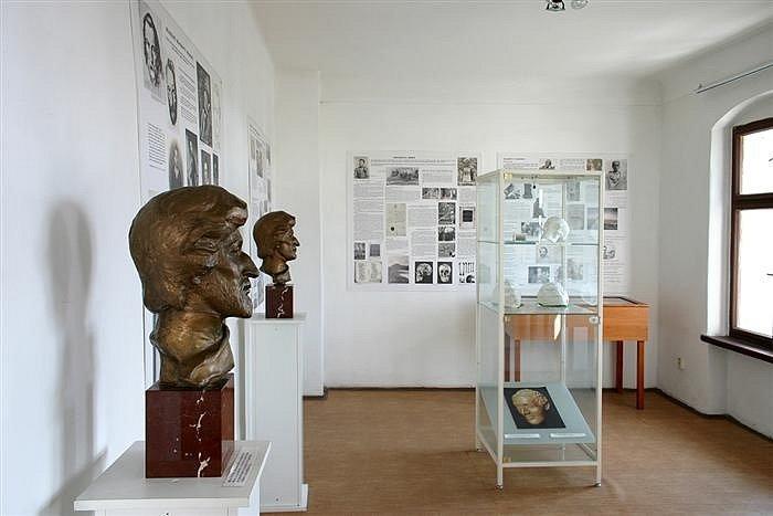 O životě slavného básníka Karla Hynka Máchy se dozvíte v Máchově světničce v Litoměřicích. Nachází se v domě Na Vikárce, kde Mácha bydlel a 6. listopadu 1836 zemřel.