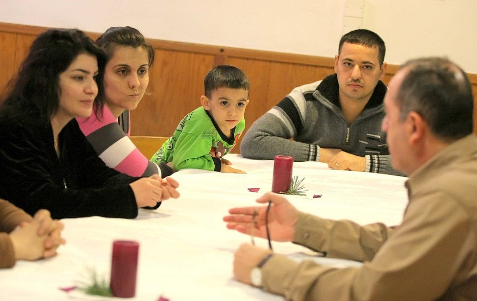 První iráčtí křesťané, kteří přijeli do České republiky 24. ledna 2016, se zabydlují v rekreačním zařízení Okrouhlík nedaleko Jihlavy. Kromě běžných činností jako praní a vaření je čeká intenzivní výuka českého jazyka.