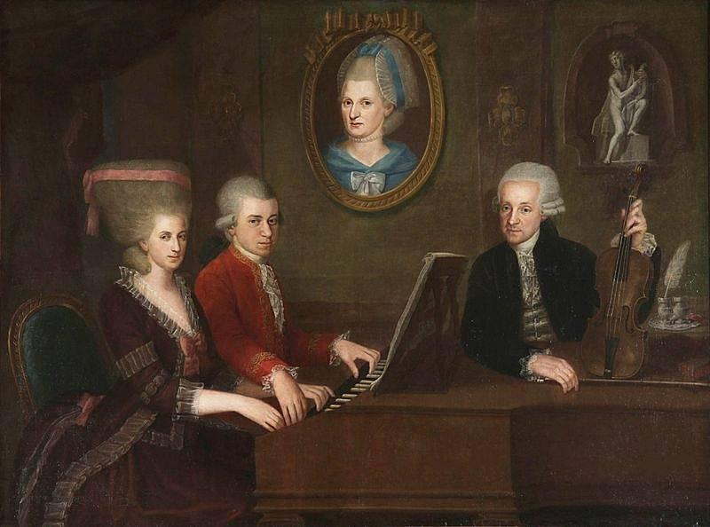 Mozartovi pohromadě. Hře Nannerl a Wolfganga Amadea přihlíží jejich otec, hudební skladatel Leopold. Na obraze je matka obou sourozenců.