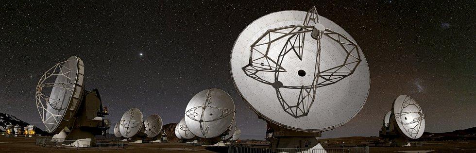 Radioteleskopy ALMA v noci.