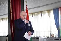 Běloruský prezident Alexandr Lukašenko u voleb.