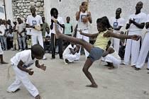 Capoeira, směsice afrického tance a obranného boje vytvořeného otroky v Brazílii, se dostala na seznam nehmotného kulturního dědictví UNESCO.