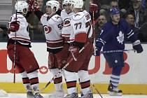 Carolinský Chad LaRose (č.59) slaví gól v síti Toronta. Hurikány vyhráli 2:0.