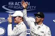 Lewis Hamilton (vpravo) ovládl kvalifikaci na Velkou cenu Belgie před svým stájovým kolegou Nico Rosbergem (vlevo).