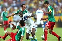 Italský rebel Mario Balotelli (v bílém) zastaven mexickými fotbalisty.
