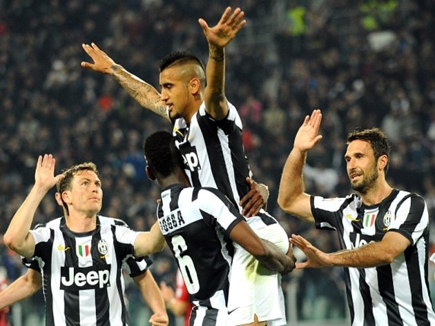 Arturo Vidal z Juventusu Turín (uprostřed) rozhodl šlágr proti AC Milán.