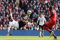 Juan Mata (vlevo) vystřelil ve šlágru Manchesteru United výhru nad Liverpoolem.