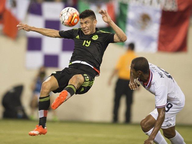 Fotbalisté Mexika (v černém) proti Kostarice.