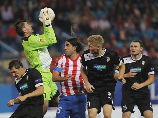 Brankář Plzně Matúš Kozáčik (v zeleném) chytá míč v zápase proti Atlétiku Madrid.