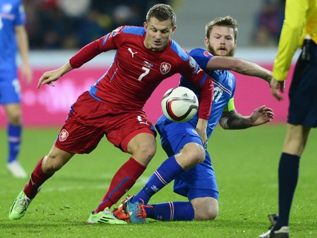 Tomáš Necid (vlevo) a Aron Gunnarsson z Islandu.