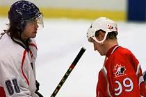 Jaromír Jágr (vlevo) a Wayne Gretzky po vítězství České republiky nad Kanadou na OH v Naganu.