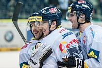 Hokejisté Liberce (zleva) Jiří Hunkes, Jaroslav Vlach a Martin Bartek se radují z gólu proti Karlovým Varům.