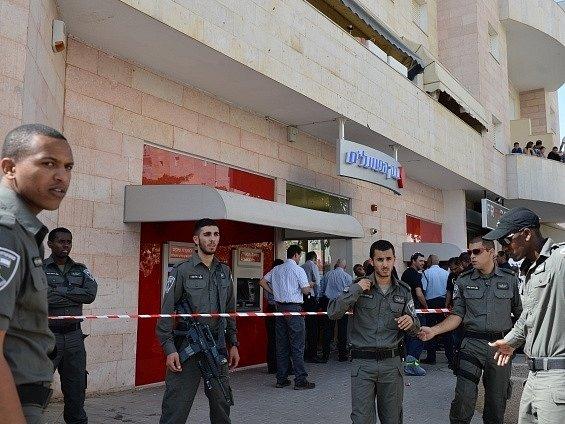 Při bankovní loupeži v Izraeli byli zastřeleni čtyři lidi
