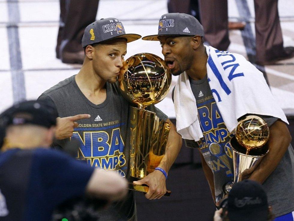 Hvězdy Golden State Stephen Curry (vlevo) a Andre Iguodala.
