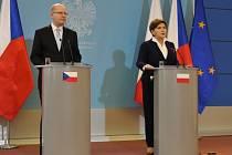 Předseda české vlády Bohuslav Sobotka a polská premiérka Beata Szydlová vystoupili na tiskové konferenci po společném jednání českých a polských ministrů 8. dubna ve Varšavě.