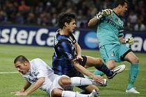Brazilský útočník Schalke Edu (v bílém) po gólu proti Interu Milán.