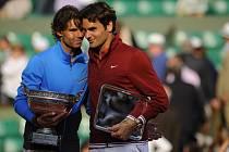 Rafael Nadal (vlevo) a Roger Federer.