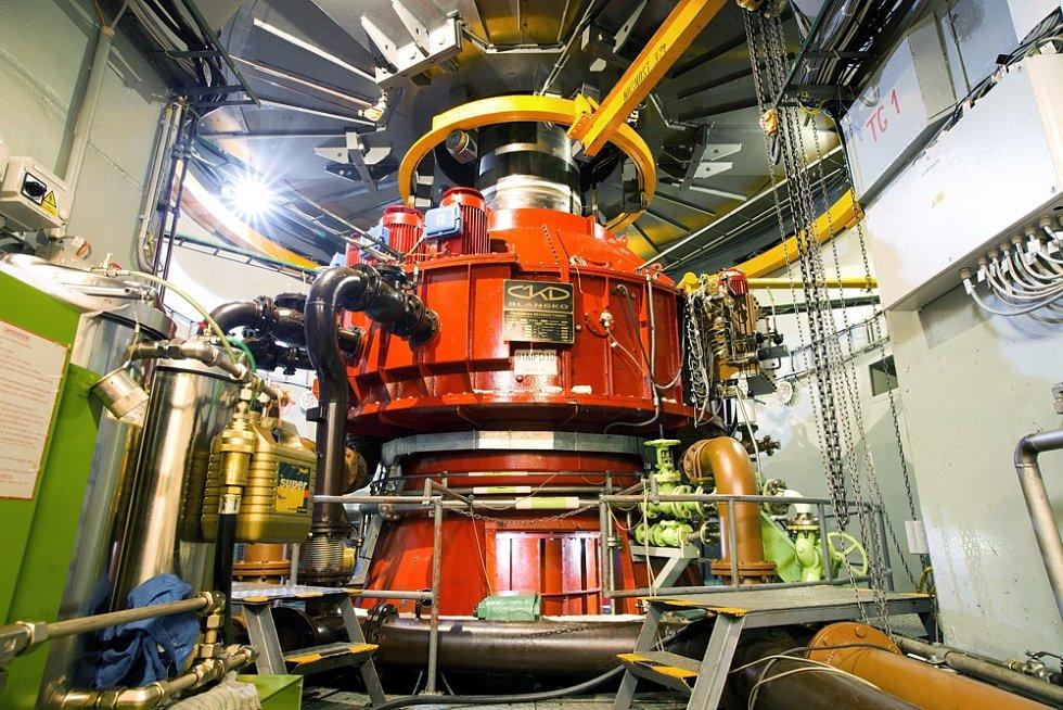 Turbína. Při plném výkonu elektrárny protéká dvěma turbínami tolik vody, že by naplnily padesátimetrový plavecký bazén za čtyři sekundy.