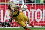 Gólman Španělska Iker Casillas likviduje penaltu.