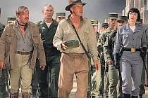AMERIČAN MEZI RUSY. Pátrání po křišťálové lebce se rozbíhá... zatím ještě v klidném tempu (uprostřed Ray Winstone jako Mac, Harrison Ford aliasJones a Cate Blanchettová v roli agentky Iriny Spalko).