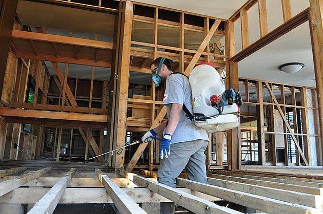 Finální prací v každém zplaveném domě je vystříkání všech míst chemikálií, která zničí škodlivé bakterie.