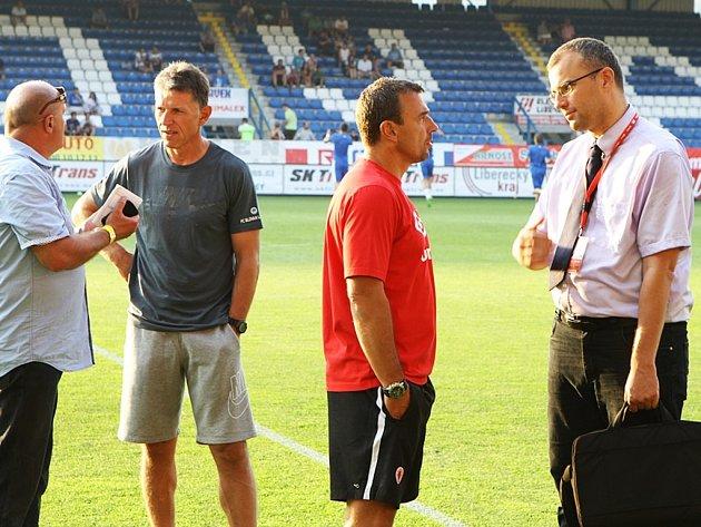 Komentátor Tomáš Radotinský (vpravo) v diskusi s trénerem Slavie Michalem Petroušem.