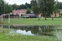 Zaplavené sportoviště v Ústí na Přerovsku