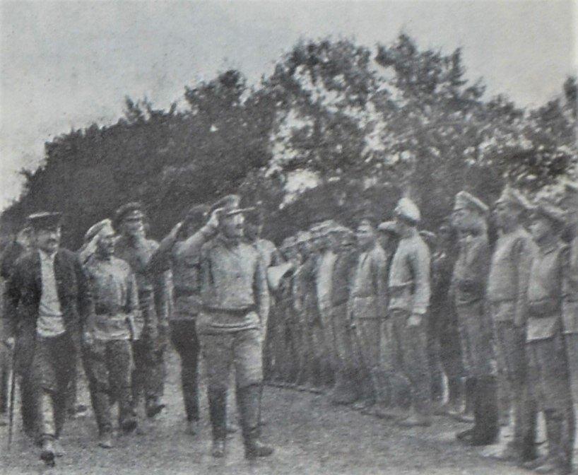 Michail Kalinin a Lev Trockij zdraví Rudou armádu u příležitosti jejího vpádu do Polska v roce 1920