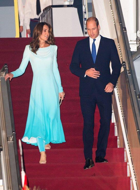 Kate a princ William po příletu do pákistánského Islámábádu.