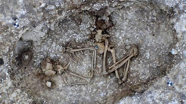 Kostra asi dvacetileté mladé ženy, která byla pohřbena nedaleko Stonehenge