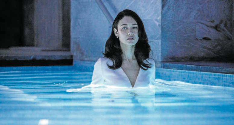 Nasát hrdinku. Bond Girl Olga Kurylenko se jako členka překladatelského týmu noří do vody, aby se lépe vcítila do tajuplného příběhu.