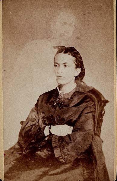 """Fanny Conantová s """"duchem"""" jejího bratra na fotografii Williama H. Mumlera"""