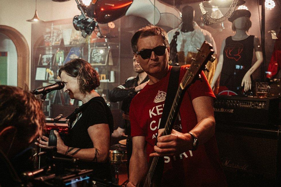 Z natáčení videoklipu písně Ukážeme kuráž! kapely Tři sestry.