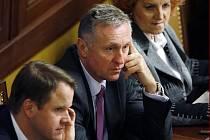 Topolánkovu vládu potopili nezařazení poslanci a Tlustý
