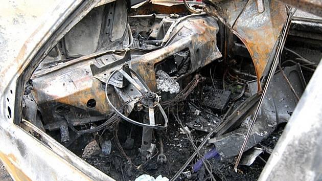 Místo řidiče. Veškeré vnitřní vybavení automobilu bylo spáleno doslova na popel.
