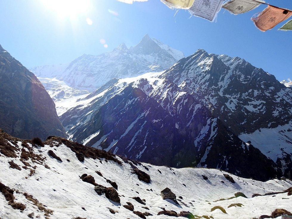 Základní tábor Machhapuchhre (4000 m) fantastický výhled na všechny hory v pohoří Annapurna včetně Machhapuchhre, Lumjung, Annapurna I, II a III, jakož i na mnoho dalších vrcholů.