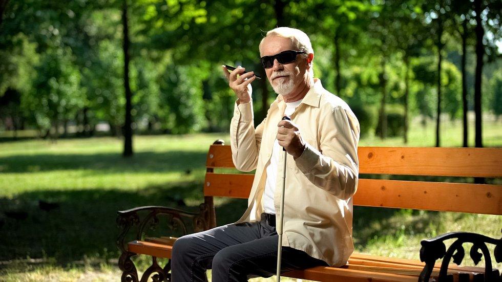Slepému muži, který před desítkami let oslepl v důsledku neurodegenerativní oční poruchy, se díky experimentální genové terapii vrátilo částečně vidění.