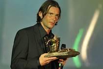 Marek Jankulovski s trofejí pro Fotbalistu roku v roce 1999.