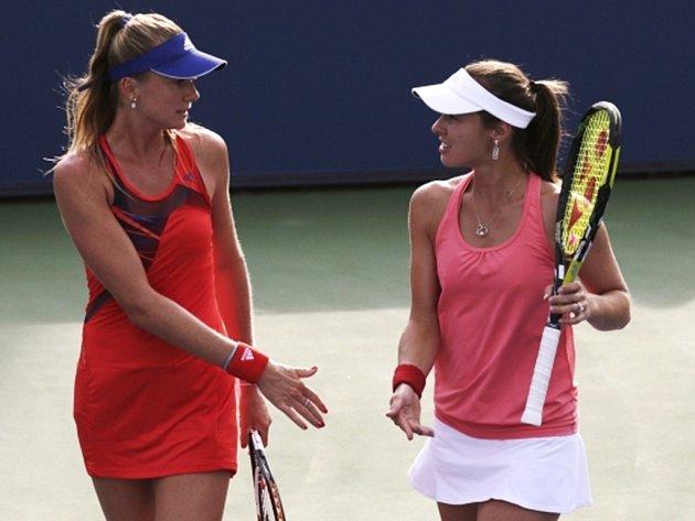 Martina Hingisová (vpravo) s Danielou Hantuchovou neměly proti nasazeným Italkám šanci.