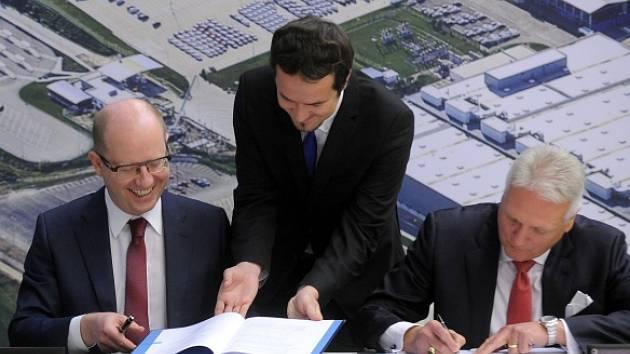 Na snímku jsou premiér Bohuslav Sobotka (vlevo) a předseda představenstva Škody Auto Winfried Vahland při podpisu memoranda o spolupráci na rozvoji zóny.