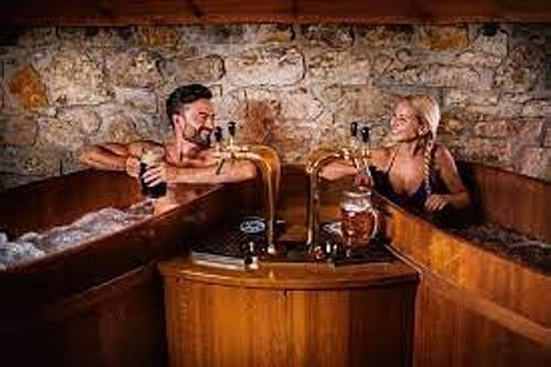 Pivní lázeň probíhá ve vířivých kádích a je založena na koupeli v přírodních extraktech, ze kterých se vaří české pivo - čili chmel, pivovarské kvasnice a slad. Karlovy Vary.