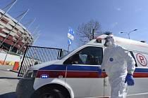 Situace v nemocnicích je vážná, lůžka jsou obsazená, ventilátory docházejí. Média popsala případy, kdy sanitky dlouhé hodiny čekaly před nemocnicemi na uvolnění místa pro nakaženého v těžkém stavu.