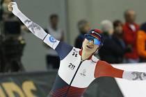 Česká rychlobruslařka Martina Sáblíková se raduje na MS v cíli trati na 5000 metrů.