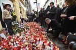 Ministr zahraničí Tomáš Petříček (klečící), ministr vnitra a předseda sociální demokracie Jan Hamáček (nad ním) a další zástupci ČSSD zapálili 17. listopadu 2019 svíčku na Národní třídě v Praze při příležitosti 30. výročí sametové revoluce