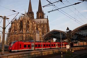 Regionální vlaková souprava vyjíždí z nádraží v Kolíně nad Rýnem, 25. srpna 2021