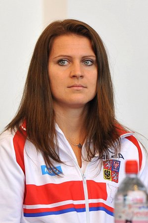 Lucie Šafářová při losu semifinále Fed Cupu proti Itálii.