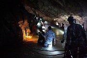Záchrana chlapců v zatopené thajské jeskyni