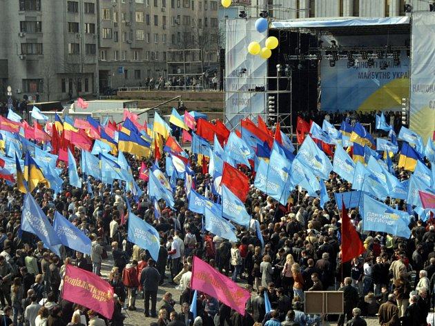 Dav demonstrujících Ukrajinců v hlavním městě Kyjevě.