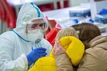 Zdravotnice z Krajské nemocnice Liberec odebírá vzorek v mateřské škole v Žandově na Českolipsku, kde se konalo hromadné testování dětí na covid-19