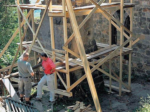 Restaurátoři budou do konce srpna opravovat zbytky původního gotického zdiva v nejstarší části hradu.